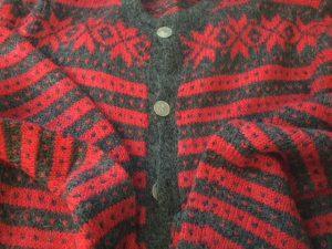 chaqueta roja y gris
